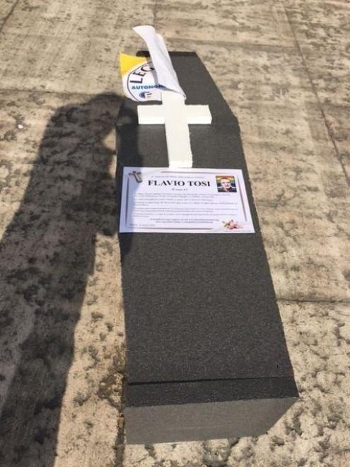 Verona, Forza Nuova celebra il 'funerale politico' di Tosi davanti all'Arena
