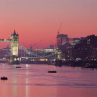 La bellezza romantica delle città al crepuscolo