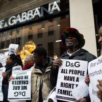 ''Boicottate Dolce&Gabbana'', protesta davanti alla boutique di Londra