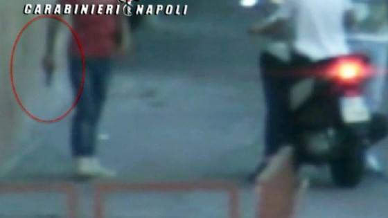 I ragazzini con la pistola per le strade di Napoli: quelle scene da Gomorra che superano la fiction