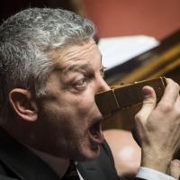 Morra (M5s) show in Senato: ''Corruzione spuzza'' e si tura il naso con una molletta