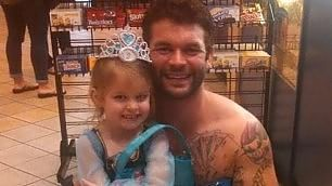 Si maschera da principessa  per la nipote: è lo zio dell'anno