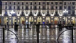 Notte di pioggia, la città riflessa
