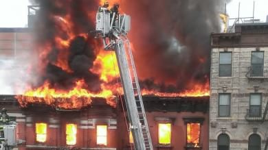 Palazzina esplode a Manhattan   foto   fiamme in 4 edifici, 12 feriti: tre gravi