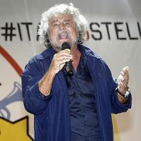 """Grillo all'attacco: """"Renzi come Lubitz farà schiantare l'Italia"""". Ma i militanti lo..."""