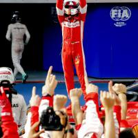 E Vettel alza il volante Ferrari al cielo come trofeo