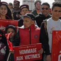 """A migliaia a Tunisi contro terrorismo: """"Le monde est Bardo"""". Ucciso leader jihadista"""