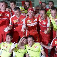 La festa di Vettel con i meccanici del team