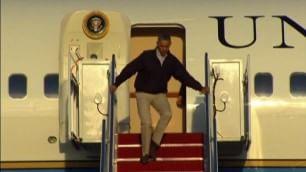 Di corsa sulla scaletta dell'aereo Obama rischia il capitombolo