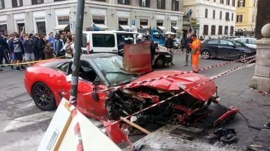 Ferrari finisce in un negozio a Roma