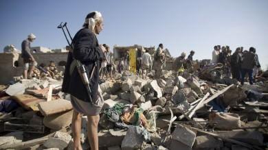 Bombardamenti sauditi sullo Yemen Colpito campo profughi, oltre venti morti