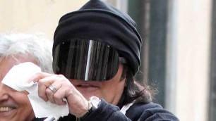 La passeggiata di Renato Zero gelato e visiera anti paparazzi