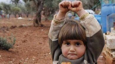 Siria, la bimba scambia la fotocamera  per un'arma e si 'arrende' al fotografo