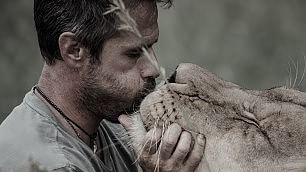 L'uomo che sussurra ai leoni regala i denti nuovi ad Aslam   Le immagini -     Il docufilm