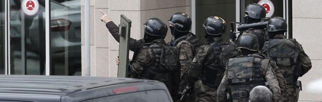 Istanbul, giudice sequestrato da estremisti  di sinistra.  Ferito durante blitz in tribunale
