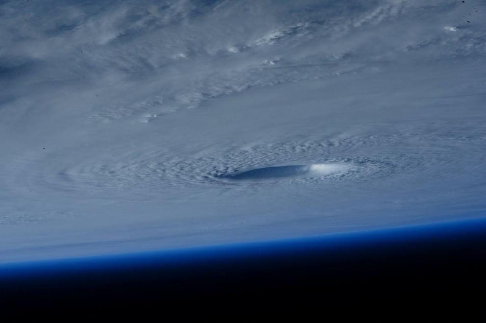 Spazio: il ciclone Maysak fotografato da Astrosamantha