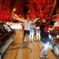 Iran, accordo su nucleare e sanzioni, a Teheran si festeggia in strada