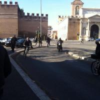 Delrio arriva in bicicletta al ministero delle Infrastrutture