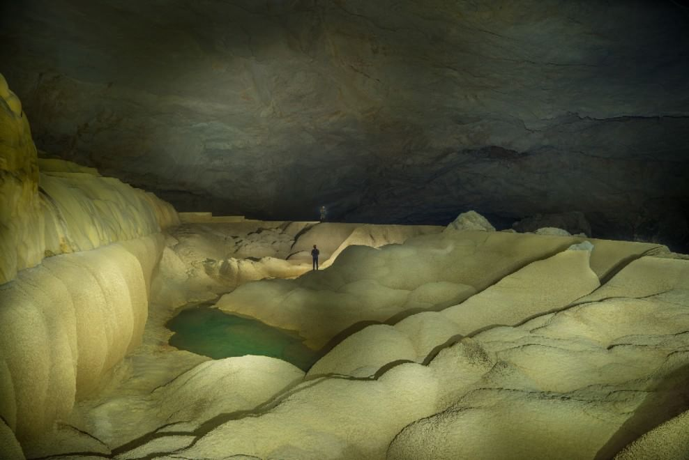 Laos, lo spettacolo delle grotte illuminate dai led
