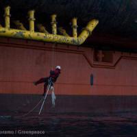 Greenpeace, gli attivisti scalano una piattaforma Shell nel Pacifico