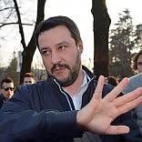 """Salvini: """"Campi rom? Li abbatterei""""  Vaticano: """"Frasi stupide e assurde"""""""