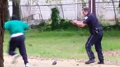 Usa, afroamericano ucciso da agente polizia di Charleston sotto accusa   video