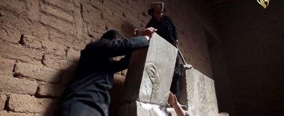 Picconi, ruspe, esplosivo: così l'Is ha distrutto l'antica città assira di Nimrud