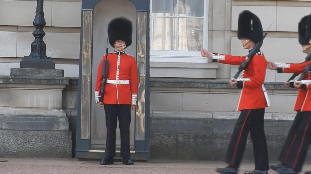 Londra, il cambio della guardia è un flop: la sentinella scivola a terra