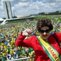Brasile, nuova protesta contro il governo di Rousseff. Arrestato il tesoriere del partito