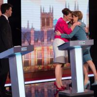 Elezioni Gb, l'abbraccio in tv: l'opposizione è donna