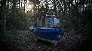 Nel bosco si naviga a vista barca-  installazione per il clima