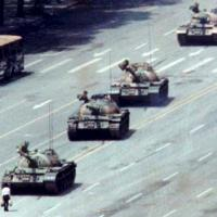 Da Tienanmen a Syntagma, quando il manifestante è solo contro tutti