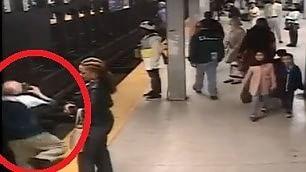 Scivola sui binari della metro  salvato da un passante