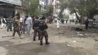 Afghanistan, in fila per lo stipendio kamikaze fa un massacro: 33 morti