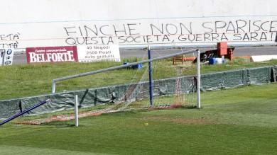Ultrà  Cagliari  aggrediscono i giocatori   A  Varese  tifosi devastano lo stadio     foto