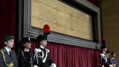 """Torino 'svela' la Sindone   foto   -   video   il vescovo: """"E' un dono di speranza"""""""