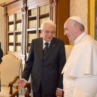 Mattarella da Bergoglio, prima visita ufficiale. In Vaticano torna un presidente cattolico