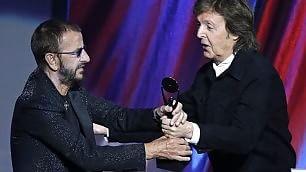 Ringo Starr nella Hall of Fame E l'amico Paul canta con lui    video