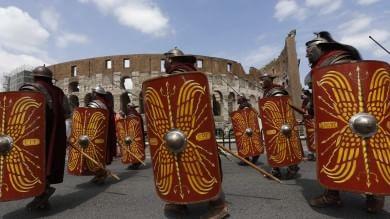 Foto  Natale di Roma, ancelle e gladiatori tornano a sfilare lungo i Fori Imperiali