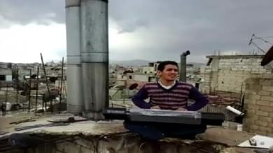 Video  Ahmad non si arrende e sfida l'Is suona la sua pianola sui tetti di Yarmouk