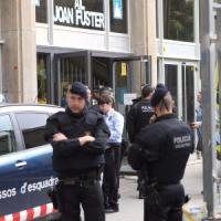 Spagna, giovane armato di balestra fa irruzione a scuola: morto un professore, quattro...