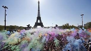 Color run sotto la Torre Eiffel Esplosione di colori a Parigi    video