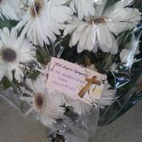 Strage migranti, i maltesi depongono fiori all'obitorio