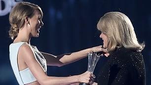 La mamma malata di Taylor Swift  commuove ai Country Awards