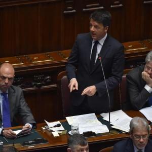 """Strage di migranti, Renzi: """"Sui barconi non solo famiglie innocenti"""". Bozza vertice Ue: distruggere i barconi"""
