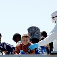 'Bettica' la nave dei bambini: l'arrivo dei migranti ad Augusta