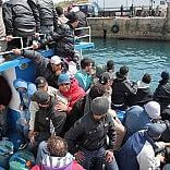 """Il Vaticano contro la Ue """"Bombardare i barconi  è un atto di guerra"""" Renzi: """"Porto Ban Ki Moon a vedere lavoro dell'Italia"""""""