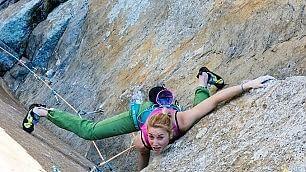 Trenta metri sul granito liscio la scalata impossibile di Federica