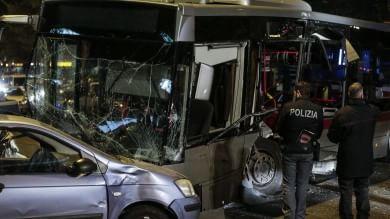 Roma, scontro tra bus e tram: 8 feriti due sono gravi /   le immagini