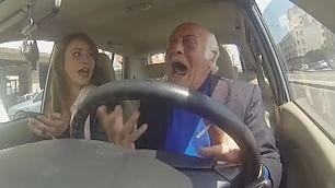 Il nonno esasperato nel traffico Lo spot per il bike sharing